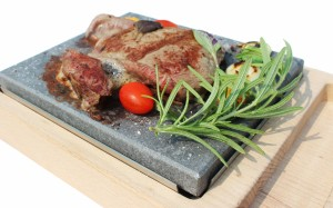 Мясо на вулканических гриль-камнях GrillStone®